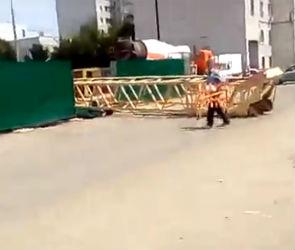 Очевидцы: «Кран на Лидии Рябцевой, падая, едва не раздавил проезжающие машины»