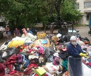 В Воронеже душевнобольная женщина забила мусором квартиру до потолка