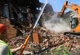 На улице Димитрова двухэтажный дом пошел под ковш экскаватора
