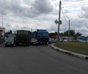 Несколько улиц встали в пробке из-за аварии на Острогожском кольце