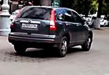 В Воронеже сняли видео с иномаркой, летящей по тротуару в центре города
