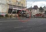 В Воронеже сильный ветер повалил рекламный щит