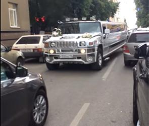Появилось видео, как свадебный Хаммер блокирует движение  в центре Воронежа