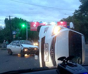 Появились фото ДТП в Воронеже: пьяный водитель ВАЗа разбил и перевернул Хендай