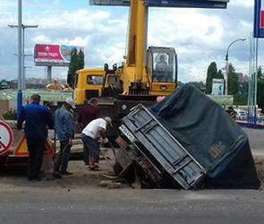 Воронежцы публикуют фото ГАЗели, упавшей в яму для ремонта теплотрассы