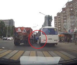Драка водителя ПАЗика и тракториста в Воронеже попала на видео
