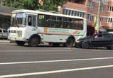 Появилось фото ДТП на 9 Января в Воронеже: ВАЗ протаранил автобус на остановке