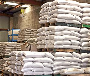 На воронежском заводе мешки с сахаром упали на рабочего, тяжело травмировав его