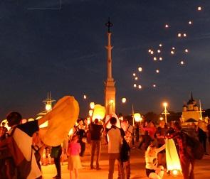 В память о солисте Linkin Park 300 воронежцев запустили в небо воздушные фонарики