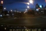 В сети появилось видео, где воронежец отжимается на пешеходном переходе