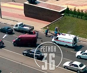 Появилось фото ДТП с мотоциклом и ГАЗелью в Воронеже, серьезно ранен байкер