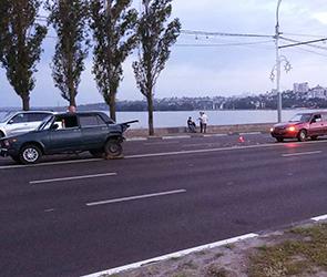 Появились фото ДТП с Дэу и аварийным ВАЗом у Чернавского моста: есть раненый