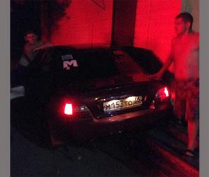 В Воронеже пьяный водитель протаранил павильон, удирая от экипажа ДПС
