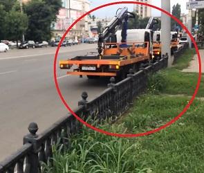 Воронежец снял на видео три эвакуатора, припарковавшихся в неположенном месте
