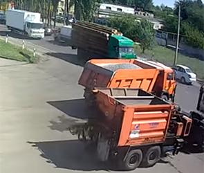 Опубликовано видео ДТП в Воронеже с трактором и КамАЗом, груженным бревнами