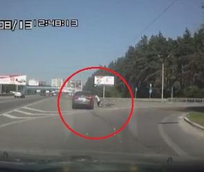 Невнимательный воронежец на «Киа» сбил велосипедиста и попал на видео