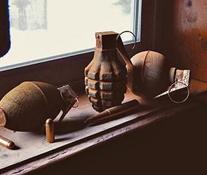Воронежец отправил в США посылку с гранатой и деталями для пулеметов