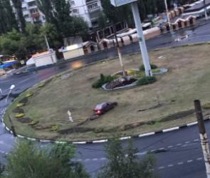Воронежцы сняли на фото автомобилиста, устроившего «парковку» прямо на клумбе