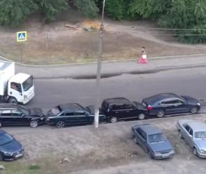 Водитель-лихач спровоцировал столкновение семи машин во дворе Воронежа