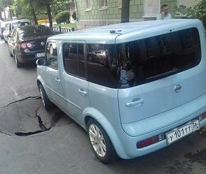 В центре Воронежа под иномаркой провалился асфальт