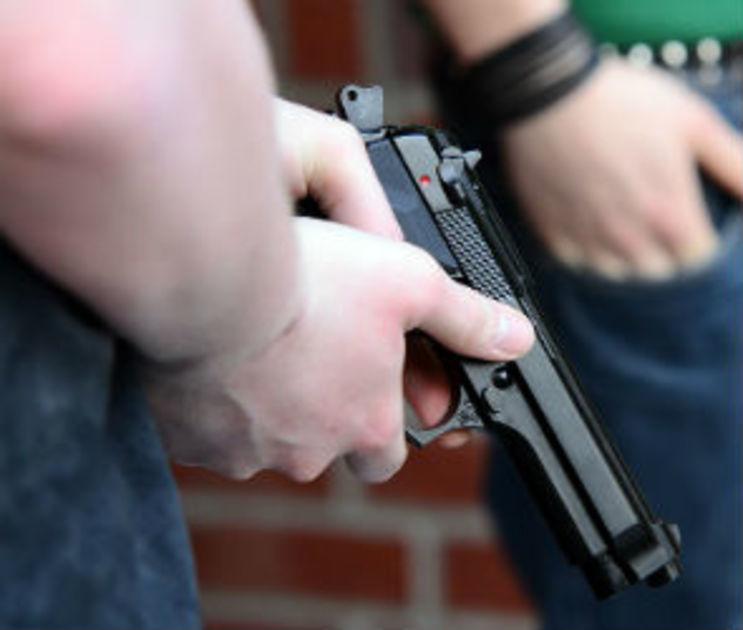 В центре Воронежа на парня напали грабители с пистолетом