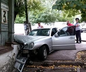 В центре Воронежа «Мерседес» «припарковался» в стену старого дома