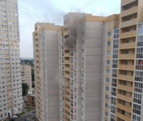 Появились фото и видео пожара в новом жилом комплексе Воронежа