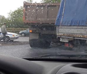 Очевидцы: на улице Маршака женщину задавил КАМАЗ