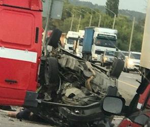 На трассе М-4 Дон под Павловском ВАЗ раздавили два грузовика, водитель погиб