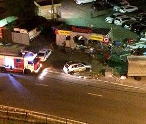 На бульваре Победы БМВ врезалась в автосервис, погиб человек, фото с места ДТП