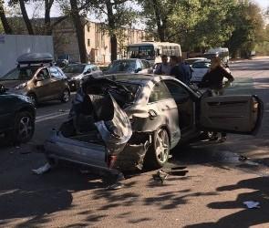 В Воронеже «БМВ» въехал в «Мерседес» - опубликованы фото разбитого авто