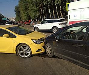 В Воронеже две автоледи на иномарках устроили ДТП, в которой пострадал ребенок