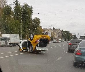 На видео попал перевернувшийся в Воронеже автомобиль «Яндекс Такси»