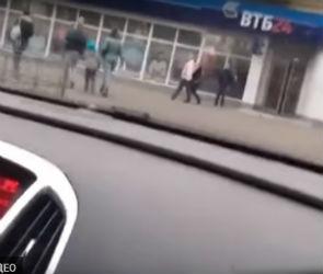 Водителя, шокировавшего воронежцев ездой по тротуару, нашли и оштрафовали
