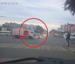 На видео попал момент ДТП с пожарной машиной и легковушкой в Воронеже