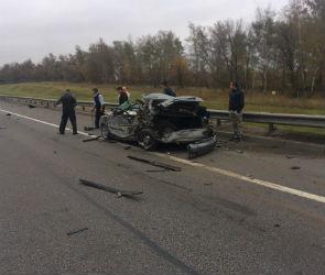 На трассе Дон «Лада» врезалась в два грузовика: один человек погиб, трое ранены