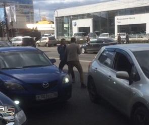 На видео попали «кулачные бои» водителей иномарок на проезжей части в Воронеже