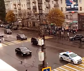 В Сети активно публикуют видео проезда президентского кортежа по Воронежу