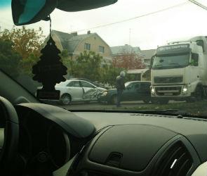На улице Шишкова столкнувшиеся ВАЗ и «Тойота» перекрыли движение