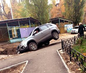 Появились фото иномарки, рухнувшей в яму на тротуаре на левом берегу в Воронеже