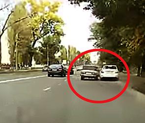 Очевидец снял, как ВАЗ с ростовским номером пытается сбить машину в Воронеже