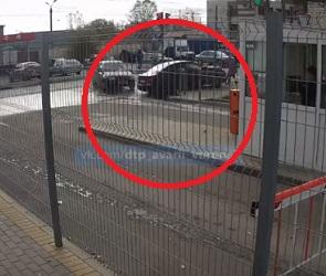 «Шевроле» врезался в ВАЗ и повалил столб на голову женщины: появилось видео