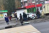 В Воронеже «Лада Приора» сбила знак «Пешеходный переход» у остановки - фото