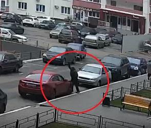 Воронежцы сняли на видео, как мужчина рубит топором чужую «Мазду»