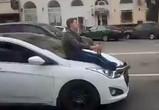 На видео попал пьяный воронежец, ехавший на капоте иномарки с бутылкой пива