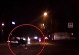 На видео сняли, как во время дрифта воронежца на светофоре едва не погиб пешеход
