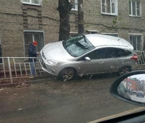 Воронежцы высмеяли ДТП с «припарковавшимся» на ограждении «Фордом»