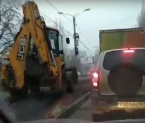 Воронежцы сняли на видео экскаватор, объезжающий городскую пробку по газону