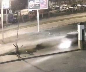 Снес столб и сбил девочку: появилось видео ДТП в Воронеже с участием «Ниссана»