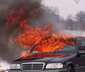 В воронежском селе конфликт местных парней у клуба обернулся поджогом машины